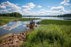 Het schoonmaken van de bodem van het meer Stock Foto's