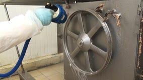 Het schoonmaken van de detergent residu's van vlees stock footage