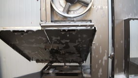 Het schoonmaken van de detergent residu's van vlees stock videobeelden
