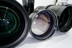 Het schoonmaken van de digitale camera van de lensfilter door alcohol Stock Foto's