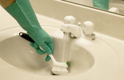 Het schoonmaken van de gootsteen met een boender Royalty-vrije Stock Foto