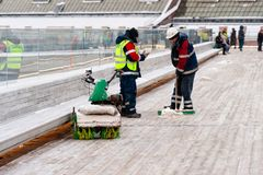 Het schoonmaken van de hangende brug van Zaryadye-park Royalty-vrije Stock Foto's