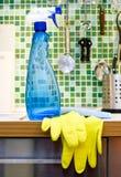 Het schoonmaken van de keuken stock foto