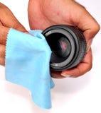 Het schoonmaken van de lens stock afbeelding
