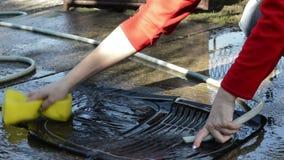 Het schoonmaken van de Matten van de Autovloer met de reinigingsmachine van de slanghoge druk stock videobeelden