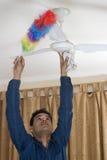 Het schoonmaken van de plafondventilator Stock Afbeelding