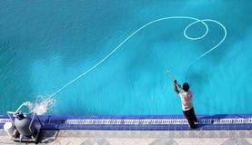 Het schoonmaken van de pool Royalty-vrije Stock Afbeeldingen