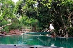 Het schoonmaken van de pool in hotel Royalty-vrije Stock Fotografie