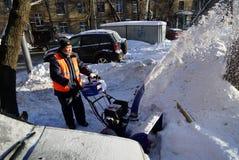 Het schoonmaken van de sneeuw Stock Afbeeldingen