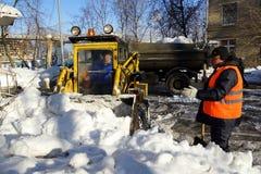 Het schoonmaken van de sneeuw Stock Foto's