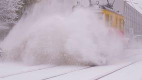 Het schoonmaken van de spoorweg van sneeuw stock video