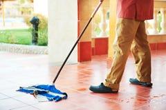 Het schoonmaken van de vloer Stock Afbeeldingen
