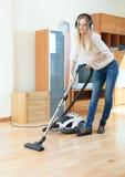 Het schoonmaken van de vrouw met stofzuiger Stock Afbeeldingen