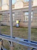 Het schoonmaken van de werkende muren van de Universiteit stock foto's