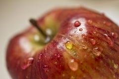 Het schoonmaken van een appel Stock Afbeeldingen