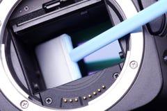 Het schoonmaken van een camera royalty-vrije stock afbeelding
