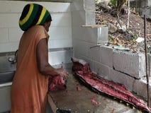 Het schoonmaken van een geelvintonijn in de Caraïben stock footage