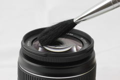 Het schoonmaken van een lens Royalty-vrije Stock Afbeeldingen