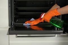 Het schoonmaken van een oven stock foto's