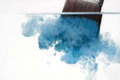 Het schoonmaken van een verfborstel stock fotografie