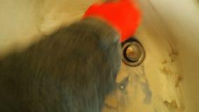 Het schoonmaken van een vuil bassin stock videobeelden