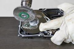 Het schoonmaken van harde aandrijving met elektrostaalborstel Royalty-vrije Stock Afbeeldingen
