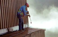 Het schoonmaken van het dak stock afbeelding
