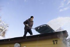 Het schoonmaken van het dak Stock Afbeeldingen