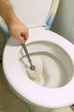 Het schoonmaken van het toilet Stock Afbeelding