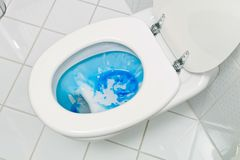 Het schoonmaken van het toilet royalty-vrije stock afbeelding