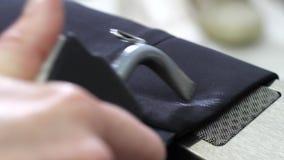 Het schoonmaken van jasjekoker die spuitbus en droger met behulp van stock footage