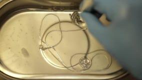 Het schoonmaken van juwelen door ultrasone klankbad stock videobeelden