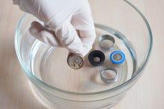 Het schoonmaken van limescale op de filter van de kraan die thuis een het schoonmaken oplossing gebruiken Azijn ets limescale royalty-vrije stock afbeeldingen