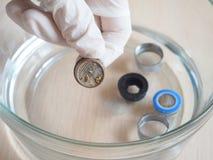 Het schoonmaken van limescale op de filter van de kraan die thuis een het schoonmaken oplossing gebruiken Azijn ets limescale stock fotografie