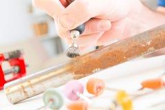Het schoonmaken van roestige pijp met roterend multihulpmiddel Stock Foto
