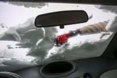 Het schoonmaken van sneeuwauto in de winter stock foto's