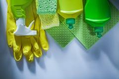 Het schoonmaken van sponsen van de spuitbus de beschermende handschoenen van de doekfles op wit royalty-vrije stock fotografie