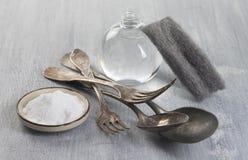 Het schoonmaken van Uitstekend tafelzilver met bicarbonaat royalty-vrije stock afbeelding