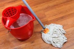 Het schoonmaken van vloeren door zwabber Stock Afbeeldingen