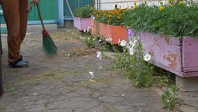 Het schoonmaken van het yardgebied vrouwen vegend asfalt stock videobeelden