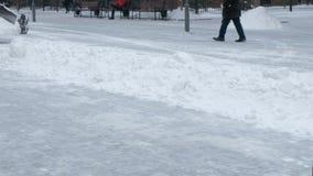 Het schoonmaken van zware sneeuw op de straten van de stad Gemeentelijk stedelijk de wegen onderhoud Close-up van dalende sneeuwb stock footage