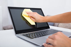 Het Schoonmakende Laptop van de vrouwenhand Scherm royalty-vrije stock afbeeldingen