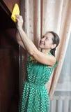 Het schoonmakende meubilair van de vrouw Royalty-vrije Stock Foto