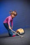 Het schoonmakende tapijt van het meisje Stock Fotografie