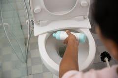 Het schoonmakende toilet van het handgebaar stock afbeeldingen