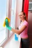 Het schoonmakende venster van de vrouw royalty-vrije stock foto