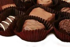 Het schot van de close-up van geassorteerde buitensporige chocolade stock foto