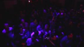 Het schot van de kraanbalkkraan Vlieg rond menigte van mensen in nachtclub bij discopartij stock videobeelden