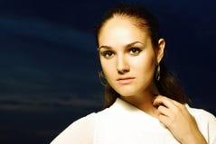 Het schot van de manier van mooi model in witte kleding Stock Fotografie