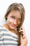 Het schot van de schoonheid van gelooid glimlachend jong donkerbruin meisje. Stock Afbeeldingen